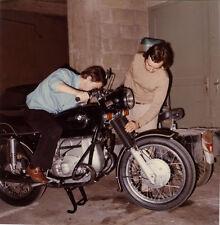 PHOTO ANCIENNE - VINTAGE SNAPSHOT-MOTO BMW MOTOCYCLETTE GARAGE ENTRETIEN COULEUR