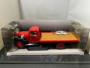 1/16 HIGHWAY 61 1941 CHEVROLET FLATBED TRUCK WITH BOARD RAMPS RED BROWN CHEVY