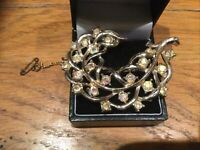 VINTAGE GOLD TONE BROOCH Claw set with Clear Coloured RHINESTONE safety chain