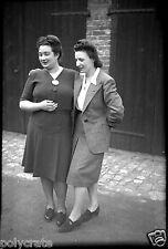 Deux femmes qui dansent  - Ancien négatif photo an. 1940