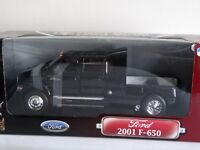 Road Signature 2001 Ford F-650 Pickup Truck Towing Roll-Off 1:24 Scale Diecast