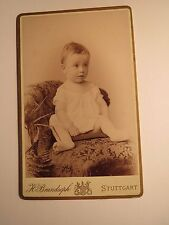 Stuttgart - auf Sessel sitzendes kleines Kind - Portrait / CDV