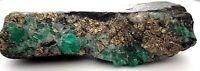 Roca con esmeralda en bruto y piritas, excelente color