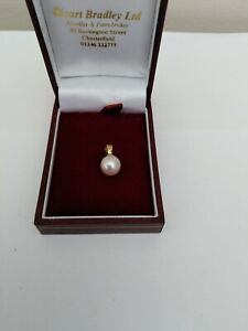 BEAUTIFUL 18 CT 750 GOLD CULTURED PEARL PENDANT. BOXED