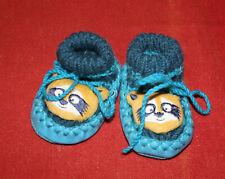 Gestrickte Babyschuhe / Hausschuhe mit Waschbär (Gr. 18, blau)