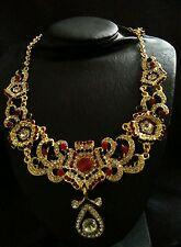 Collar de oro de moda cubierto con cristales claro, rojo y verde