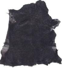 Schwarze Felle für die Lederbearbeitung und Leder