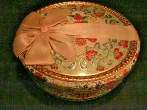 VINTAGE EMBOSSED COOKIE TIN MADE IN HOLLAND ORIGINAL BOW CLEAN & EXCELLENT
