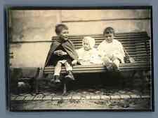 France, Enfants assis sur un banc  Vintage silver print.  Tirage argentique