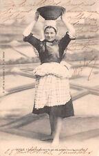R227225 Saille. Jeune fille portant le sel des oeillets dans le grand tas. N. 24