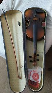 Alte Geige aus Nachlass ca.80 Jahre mit Geigenkasten und Bogen und Ersatzsaiten.