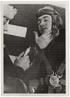 Frostschutzsalbe vor dem Feindflug. Orig-Pressephoto, von 1942