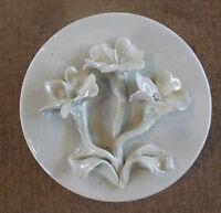 Ancienne bonbonnière décor relief floral pâquerettes céramique vintage et éclats