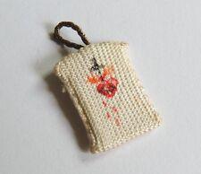 Scapulaire miniature en tissus, objet de dévotion. religion. prière