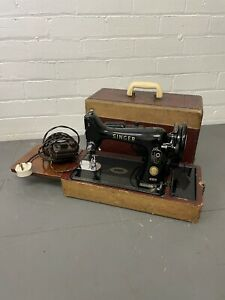Vintage Portable Singer Sewing Machine Electric 99K in Case with Accesso
