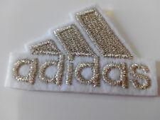 Parche bordado para coser estilo Adidas plata 4,5/3,5 cm adorno ropa artesania
