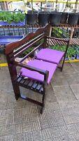 BANCO de madera, de listones gruesos + 2 COJINES en color violeta, 1 m. largo