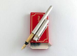 Cartier must De Cartier Silver Godron Fountain pen. 18K -750. M nib.