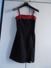 Robe noire droite en stretch avec encolure et bretelles rouges