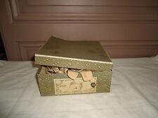 anciens faux cols et autres dans boite ancienne
