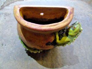 jardinière mural en terre cuite patinée avec un lézard , superbe pot , vasque