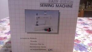 Mini macchina da cucire portatile (adattatore non incluso). Mai utilizzata