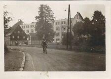 31/670 FOTO GEBÄUDE MIT ZERSTÖRTEM DACHSTUHL RADFAHRER FACHWERK um 1933 SACHSEN