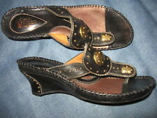 WOMENS 6 M ARTISAN CLARKS BLACK LEATHER WEDGE THONGS  SHOES