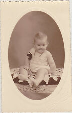 PHOTO ANCIENNE CPA- BEBE BLOND(CHOUPETTE)-MEDAILLE/ROBE BLANCHE/RUBAN/COLLIER