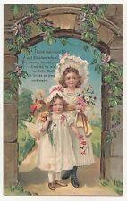 Ak zwei Mädchen in Biedermeier Mode * Blumen Andenken Gruss * stark geprägt 1910