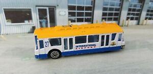 Unbranded Die-cast INTERNATIONAL AIRPORT Bus Shuttle 27 Airplane Transport Bus