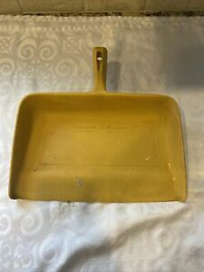 VINTAGE RUBBERMAID HOUSEWARE DUSTPAN YELLOW THE WOOSTER RUBBER CO.
