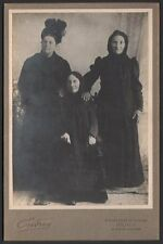 Trio féminin très original. Photographie Endrey vers 1900.