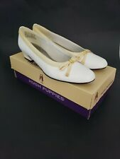 Hush Puppies Womens Vtg Shoes SIze 7.5 N White Smooth Honey Low Heels Gold Bow