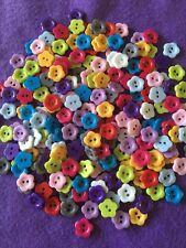 Selezione Nuovo di zecca da 50 a 2 FORI COLORATE luminose pulsanti di fiori in resina - 12mm