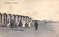 5034) VENEZIA LIDO, CABINE CON LE RUOTE SULLA SPIAGGIA E BAGNANTI. VG NEL 1907.