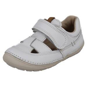 Filles Clarks ajourées Détail Boucle Chaussures Couronne Jump