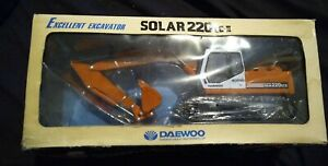 *MINT*Daewoo Excellent Excavator Solar 220 LC-III Model 1/40 ONLY BOX IS DAMAGED