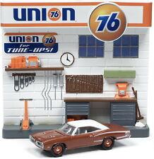 (1) Service Station Accessory+Facade+Car , Johnny Lightning Model 1:64