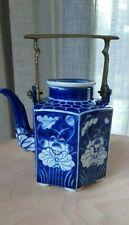 Vintage China Porzellan Teekanne Blau Weiß mit Messinggriff handgemalt Sechseck