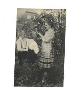 2251 Foto AK * Mutter mit ihren Söhnen im Garten *