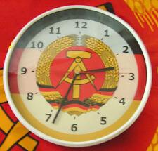 Wanduhr mit DDR-Emblem