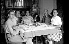 Famille à table repas - ancien négatif photo an. 1950