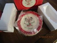 NIB Disney Store OUR FAMILY TREE 4 Christmas Dessert Plates Mickey Minnie Pluto