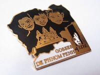 Pin's Gosses de Phnom Penh AIDE (EGF signé démons et merveilles) hauteur: 3,3 cm