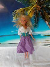 Barbie Puppe, mit weiß-lila Kleid, lange blonde Haare