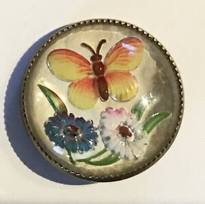 GORGEOUS ANTIQUE GLASS IN METAL BUTTERFLY ANIMAL LIFE PICTORIAL BUTTON