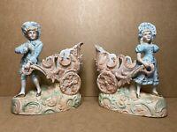PAIRE ANCIENS VASES BISCUIT COUPLE AUX CHARIOTS, SUJETS ELEGANTS