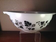 VINTAGE PYREX WHITE BLACK MIXING BOWL 2 1/2 QT #443