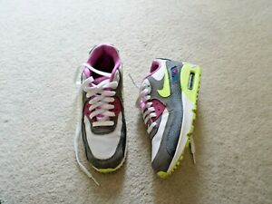 PAIR OF GIRLS NIKE AIR TRAINERS (SIZE 5.5)